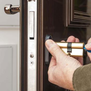 Поменять цилиндр дверного замка