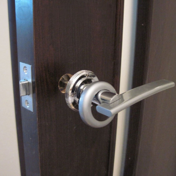 Установить дверную ручку